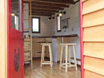 entrée d'un chalet nomade (modele de tiny house)