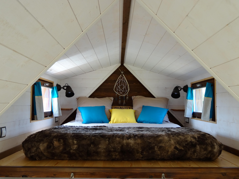 chambre en mezzanine d'un chalet nomade (tiny house)