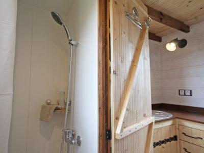 douche d'une tiny house (chalet nomade)