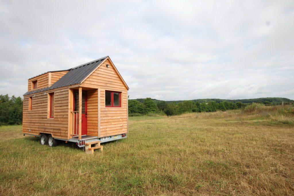vue extérieure d'une tiny house (chalet nomade) du modèle L'Harmonie au milieu du Parc naturel du Perche (nature)