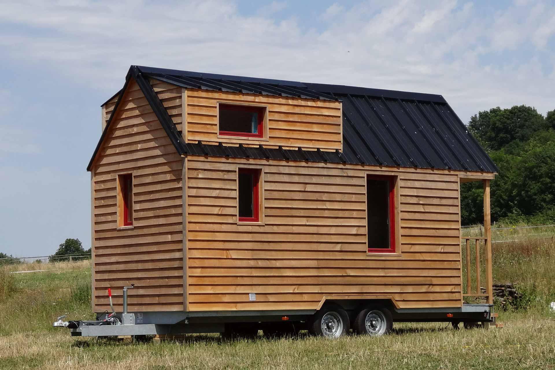vue d'extérieur d'un modèle de Tiny House (chalet nomade) au milieu du parc du Perche (nature)