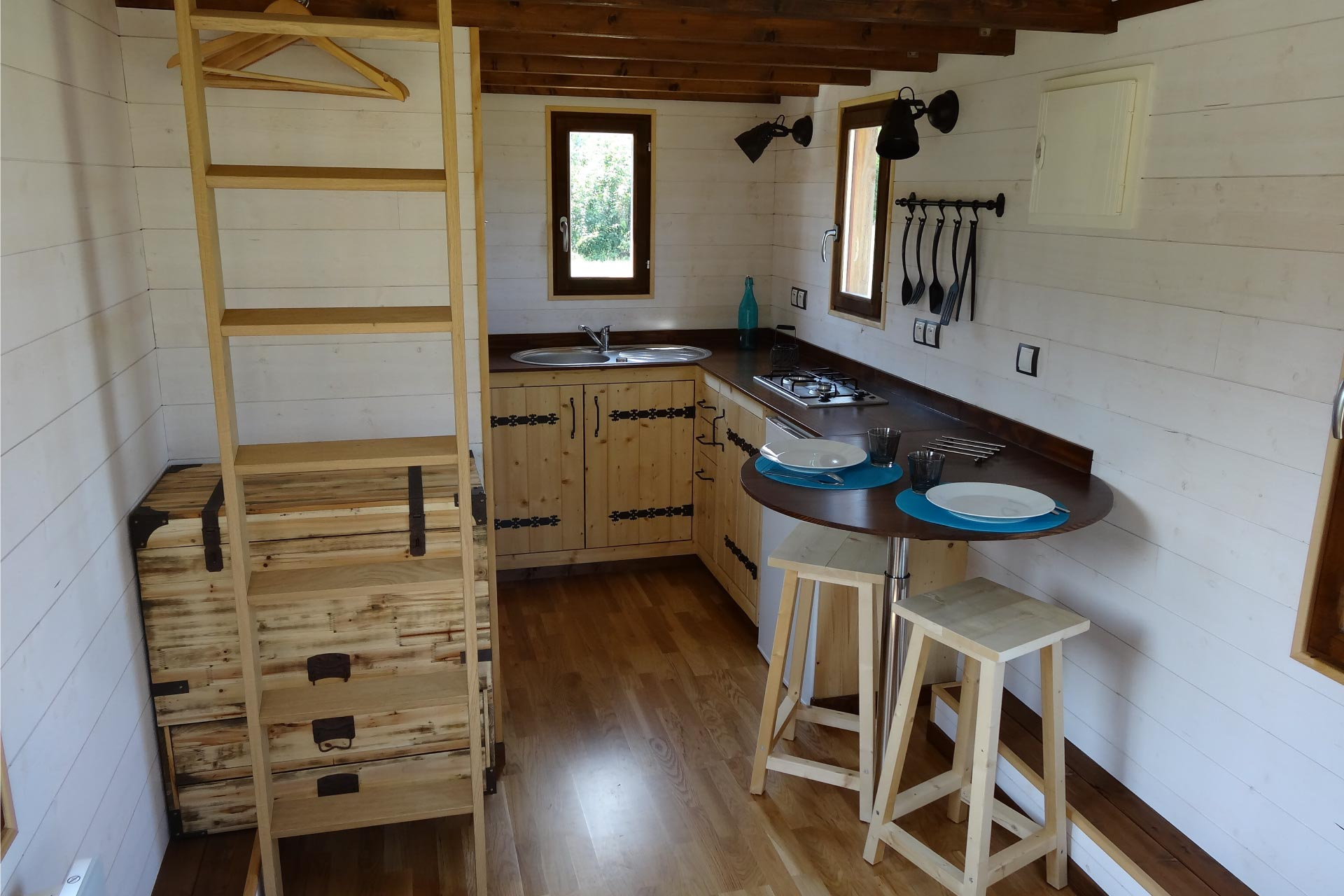 cuine équipée d'un modèle de tiny house (chalet nomade)