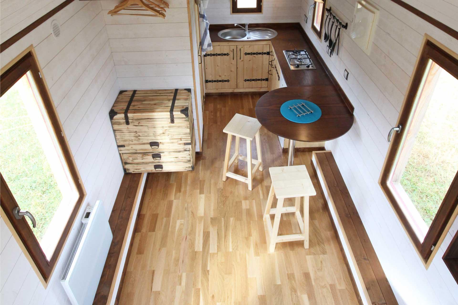 photo aérienne intérieure d'un modèle de chalet nomade (Tiny House)