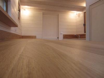 Installation d'un grand plan de travail (4m) dans cette cuisine aménagée de placards et de rangements pour cette Tiny House Modèle La Familiale pour 4-personnes créé dans le Perche Ornais, près de L'Eure-et-loir