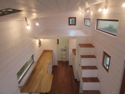 Vue d'une mezzanine pour cette grande tiny house pour 4 personnes donnant sur le salon et la cuisine - Eure et Loir
