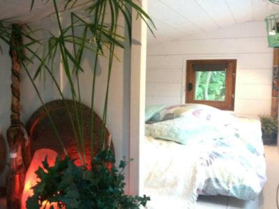 Aménagement et installation d'une mezzanine avec une cloison pouvant accueillir une chambre pour deux personnes - Tiny House Modèle La Familiale livraison possible en Bretagne (Rennes, Quimper, Nantes Saint Brieuc, Saint Malo, etc.)
