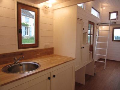 L'espace cuisine équipé de deux plans de travail a été produit dans le Perche en Orne (Eure et Loir et Sarthe) entre Chartres, Le Mans et Alençon