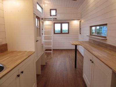 Vue depuis la cuisine de cette micro maison donnant sur l'entrée et le salon. Ce modèle basé sur La Familiale pouvant accueillir 4 personnes a été construite dans le Perche (Eure-et-loir, Orne et Sarthe)