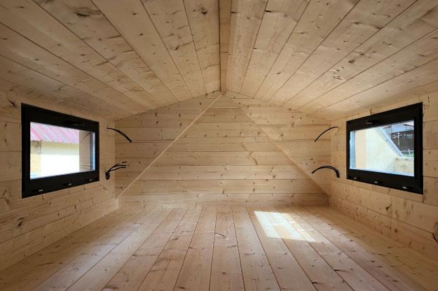 Les murs à l'intérieur des micro maisons sont recouverts de lambris en bois (sapin du nord). Un parquet est installé sur le sol de la tiny house.