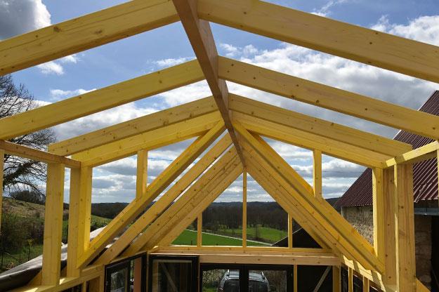 L'ossature en bois massif doit être légère et solide afin de faire face aux intempéries. Nous utilisons principalement du sapin du nord.