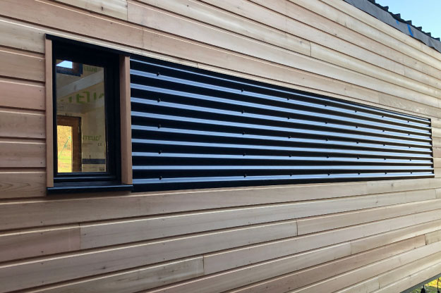 Pour donner de l'allure à la tiny house, il est possible de poser de la tôle ondulée sur les murs.