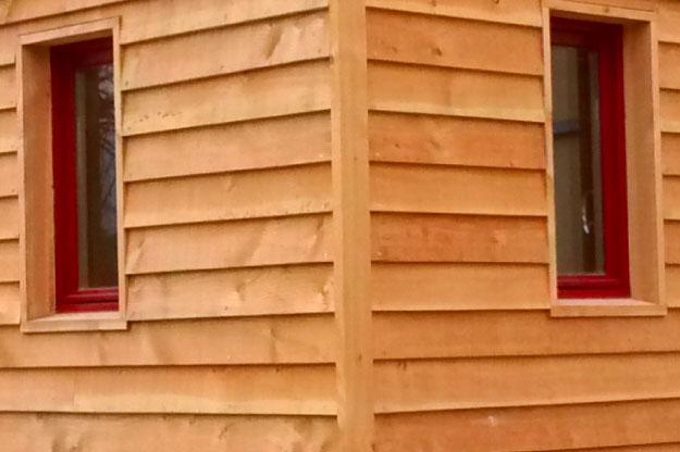 Le bardage de nos tiny houses est réalisé en bois massif. Trois types de pose sont possibles : recouvrement, emboîtement ou claire-voie.