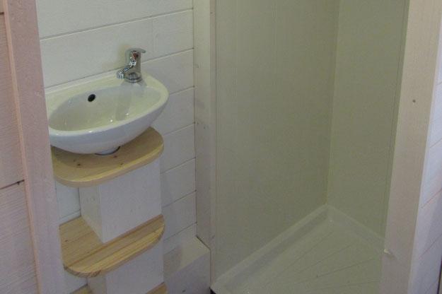 Les sanitaires des tiny houses sont équipés d'une douche, lavabo et de toilettes sèches