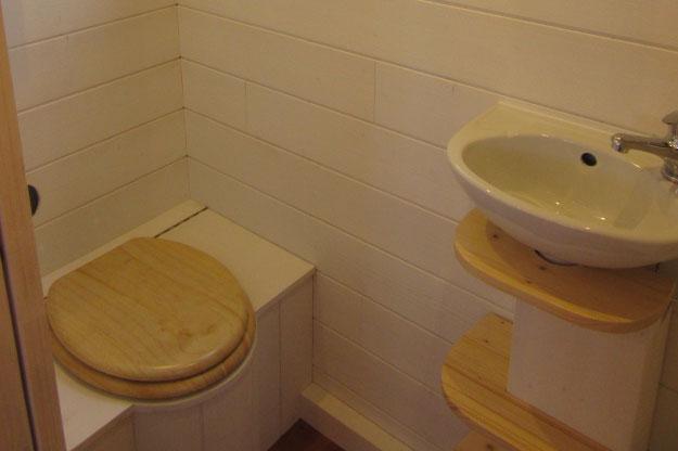 Les sanitaires de ces chalets nomades sont équipés d'une douche, lavabo et de toilettes sèches