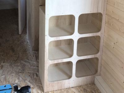 Aménagement de casiers et de placards de rangement indispensables à nos tiny houses roulant fabriquées dans le Perche Ornais, Eurélien et Sarthois entre Chartres, Le Mans et Alençon