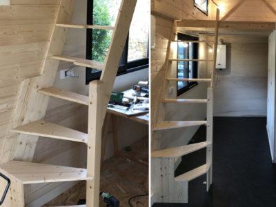 Création et installation d'un escalier pour accéder à la mezzanine de cette micro maison modèle Harmonie. Nos chalets peuvent être livrés en France notamment en Bretagne : Rennes, Quimper, Nantes, Saint Brieuc, Saint Malo, Bretz