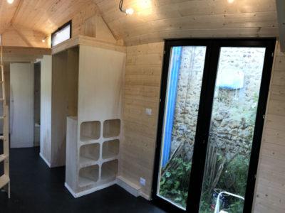 L'entrée se fait par une porte-fenêtre double vitrage en aluminium qui donne de la luminosité à la tiny house. Possible de livrer en France notamment en Aquitaine : Bordeaux, Arcachon, Biarritz, Anglet, Bayonne, Cap-breton, Biscarrosse, Andernosse, etc.