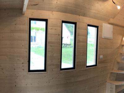 Les fenêtres du type hublot rectangulaire en double vitrage apportent une belle luminosité à ce modèle (Harmonie) de tiny houses pouvant accueillir 2 personnes.
