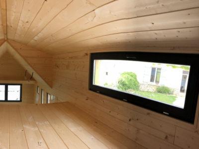 Cette tiny house peut accueillir deux personnes avec sa grande mezzanine composée d'une avancée. Possible de livrer en France notamment en Aquitaine : Bordeaux, Arcachon, Biarritz, Anglet, Bayonne, Cap-breton, Biscarrosse, Andernosse, etc.