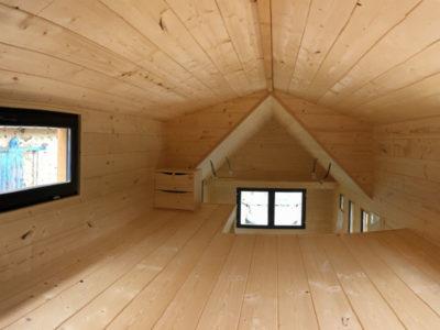 Cette tiny house peut accueillir deux personnes avec sa grande mezzanine composée d'une avancée. . Ces chalets nomades peuvent être livrés en France notamment en Bretagne : Bretz, Rennes, Quimper, Nantes, Saint Brieuc, Saint Malo, etc.