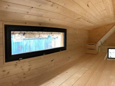 Ce chalet nomade peut accueillir deux personnes avec sa grande mezzanine composée d'une avancée. Ces chalets nomades peuvent être livrés en France notamment en Bretagne : Bretz, Rennes, Quimper, Nantes, Saint Brieuc, Saint Malo, etc.