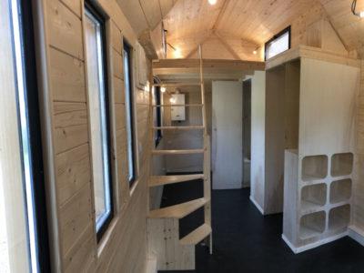 Escalier en bois permettant d'accéder à la grande mezzanine de cette micro maison modèle Harmonie. Possibilité de livrer nos tiny en Aquitaine : Bordeaux, Arcachon, Biarritz, Anglet, Bayonne, Cap-breton, Biscarrosse, Andernosse, etc.