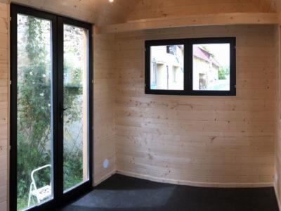 Porte-fenêtre en double vitrage permettant d'accéder dans ce chalet nomade pour deux personnes réalisé dans le Perche (Sarthe, Orne, Eure et Loir) près du Mans, de Chartres et d'Alencçon