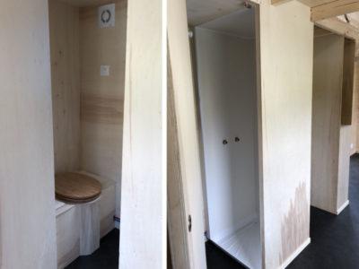 Les sanitaires contiennent une vmc, une douche, un lavabo et des wc sous forme de toilettes sèche pour ce modèle Harmonie réalisé dans le Perche (Sarthe, orne et Eure et loir) près de Chartres, Le Mans et Alençon.