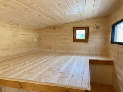 L'aménagement de la mezzanine de ce type de Tiny house (possibilité de livraison en Bretagne: Rennes, Quimper, Nantes, Saint Brieuc, etc.) permet d'accueillir un grand lit et des meubles de rangement créé en Eure et Loir escalier optimisé et une échelle de meunier