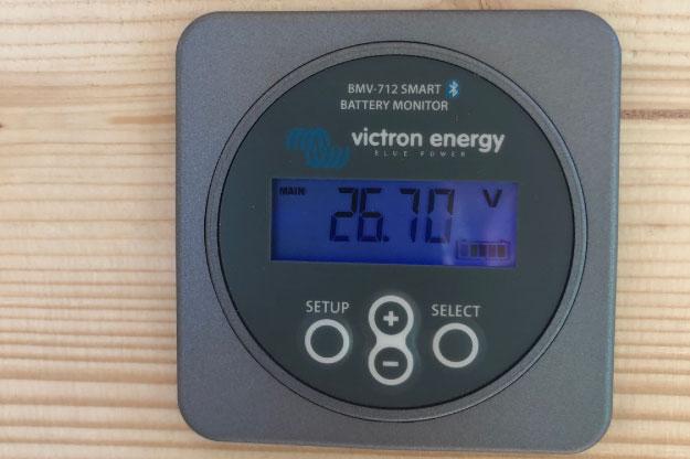 Les panneaux solaires (ou photovoltaïques) sont livrés ac un petit écran permettant de connaitre à tout moment l'autonomie en électricité