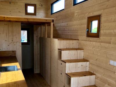 Escalier offrant l'accès à l'autre mezzanine de cette Tiny House créée entre Chartres, Le Mans et Alençon en Eure et loir : des placards ont été réalisés sous l'escalier afin d'optimiser l'espace
