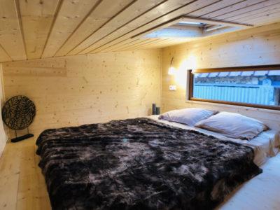 L'aménagement de la mezzanine de ce type de Tiny house (possibilité de livraison en Bretagne: Rennes, Quimper, Nantes, Saint Brieuc, etc.) permet d'accueillir un grand lit et des meubles de rangement créé en Eure et Loir et accessible via un escalier à pas japonnais