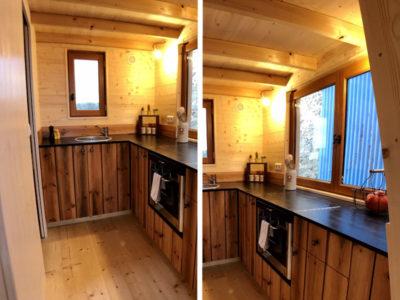 Le plan de travail en angle dans la cuisine de cette tiny house permet d'accueillir des placards en dessous. Un évier en inox est encastré au plan de travail. Livraison possible en Eure et Loir : Chartres, Le mans, Alençon, etc
