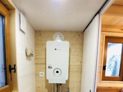 Chauffe-eau instantanée permettant d'alimenter en eau chaude cette tiny house 100% autonome