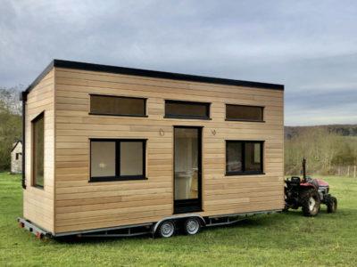 Modèle de tiny house autonome à 100% (récupérateur d'eau et panneaux photovoltaïques) créé dans le département de l'Orne à côté d'Alençon, près de Chartres en Eure et Loir et du Mans en Sarthe