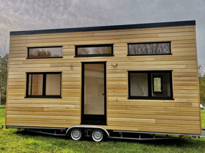 Installation et Livraison de la variante du modèle de Tiny House autonome La Familiale construite dans le Perche, parc naturel se situant sur 3 départements Orne, Eure et loir et Sarthe