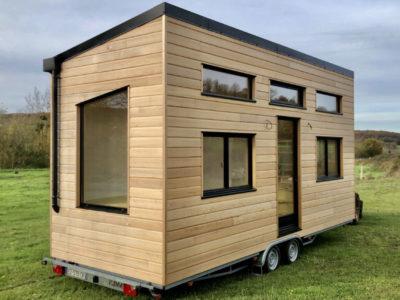 Vue extérieure de ce modèle de tiny house créée dans le département de l'Orne à côté d'Alençon, près de Chartres en Eure et Loir et du Mans en Sarthe : cette tiny house est autonome à 100% (récupérateur d'eau et panneaux photovoltaïques)