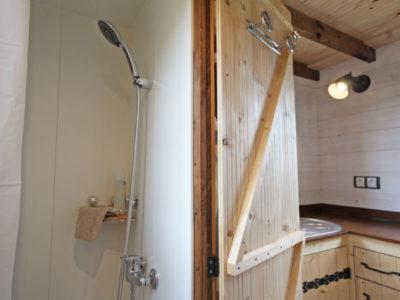 La douche 80*80 dans la salle d'eau de cette tiny house a été entièrement carrelée. Toutes nos tiny houses sont réalisées dans notre atelier se situant en Orne proche d'Alençon, à proximité de Chartres en Eure et loir et du Mans en Sarthe.