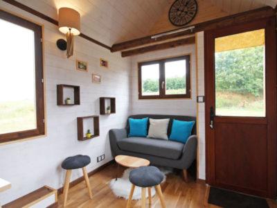 Le salon de cette tiny house peut contenir un canapé et une table basse, créée près de Chartres, du Mans et d'Alençon