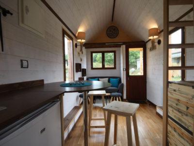 Le salon de cette tiny house créée près de Chartres, du Mans et d'Alençon en Orne