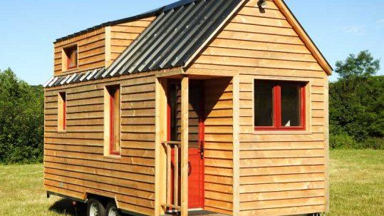 Vue extérieure de ce modèle de tiny house créée dans le département de l'Orne à côté d'Alençon, près de Chartres en Eure et Loir et du Mans en Sarthe