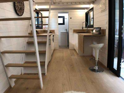 L'accès aux 2 mezzanines (chambres) de cette tiny house sur-mesure se font via deux escaliers ou échelles de meunier indépendantes. A noter que nous pouvons livrer ou transporter la tiny house partout en France notamment en Bretagne: Rennes, Quimper, Nantes, Saint Brieuc, etc.