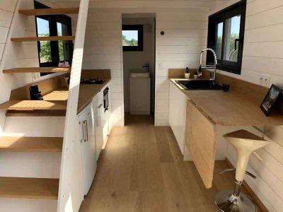 Réalisation de ce modèle de Tiny House pour 8 personnes avec un espace cuisine aménagé contenant deux plans de travail fabriquée dans le Perche en Orne entre Alençon, Le Mans en Sarthe et Chartres en Eure et Loir