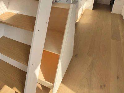 Réalisation d'un tiroir coulissant sous l'escalier ou échelle de meunier pour ce tiny house sur-mesure pour 8 personnes fabriquée en Orne dans le Perche entre Le Mans (Sarthe), Alençon (Orne) et Chartres (Eure-et-loir)