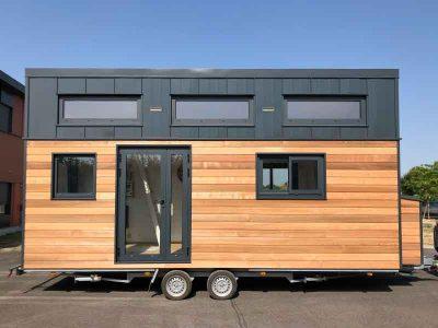 Vue extérieure d'une tiny house autonome sur-mesure pour 8 personnes avec 2 chambres en mezzanine fabriquée en Orne dans le Perche entre Le Mans (Sarthe), Alençon (Orne) et Chartres (Eure-et-loir)