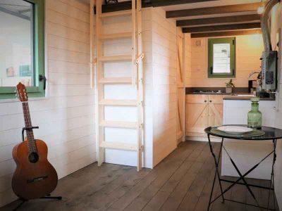 L'accès à la mezzanine (chambre) de cette tiny house sur-mesure se fait via un escalier ou échelle de meunier. A noter que nous pouvons livrer ou transporter la tiny house partout en France notamment en Bretagne: Rennes, Quimper, Nantes, Saint Brieuc, etc.
