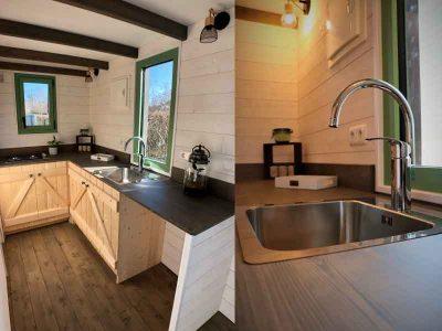 Espace cuisine tout équipé avec 2 plans de travail pour cette tiny house sur-mesure Harmonie pour 2 personnes fabriquée dans le Perche en Orne entre Alençon, Le Mans en Sarthe et Chartres en Eure et Loir