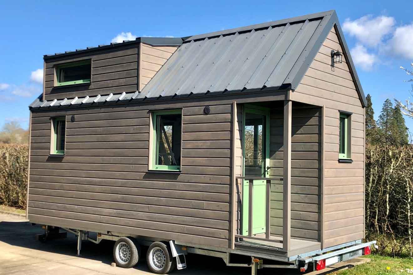 Vue extérieure d'une tiny house autonome sur-mesure pour 2 personnes avec 1 chambre en mezzanine fabriquée en Orne dans le Perche entre Le Mans (Sarthe), Alençon (Orne) et Chartres (Eure-et-loir)